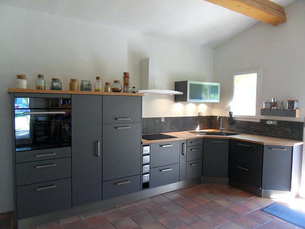 Cuisine gris anthracite et plan de travail bois